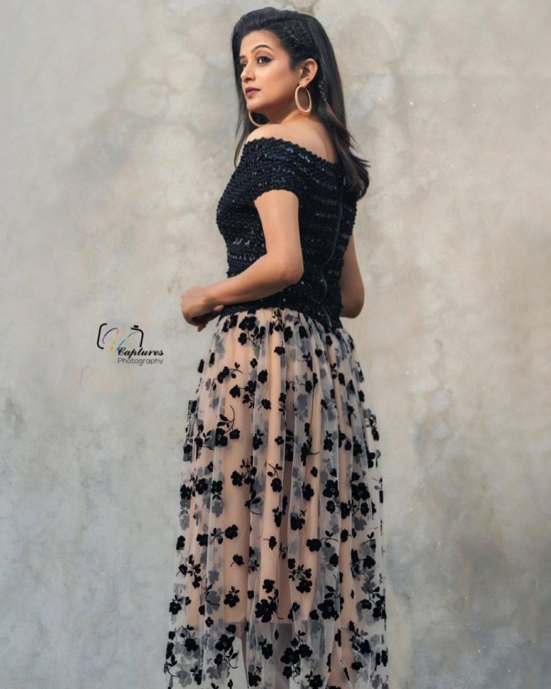 ब्लैक ड्रेस में बिल्कुल गुड़िया लग रही है प्रिया मणि, हॉटनेस देख पिघल जाएंगे आप