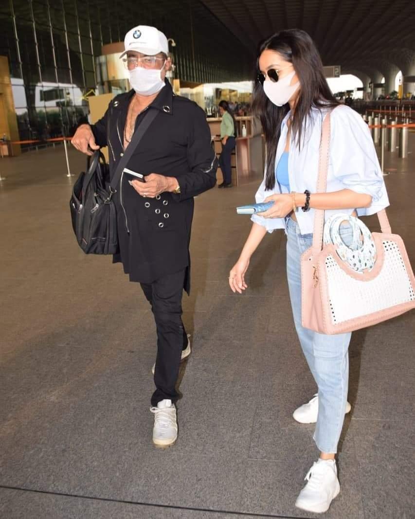 मुंबई एयरपोर्ट पर दिखे मशहूर विलेन शक्ति कपूर, बेटी श्रद्धा के साथ दिखे