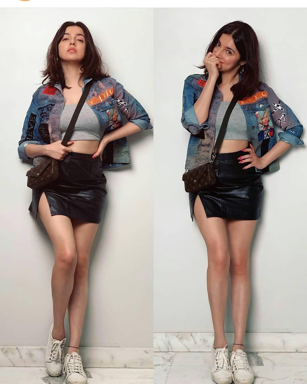 Fashion: डेनिम जैकेट में नजर आई यह अभिनेत्री, मिनी स्कर्ट में दिखी हॉट