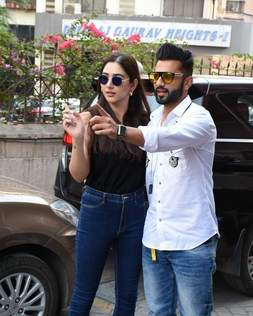शादी के बाद पहली बार सड़क पर दिखे राहुल और दिशा, चेहरे पर आ गया है निखार